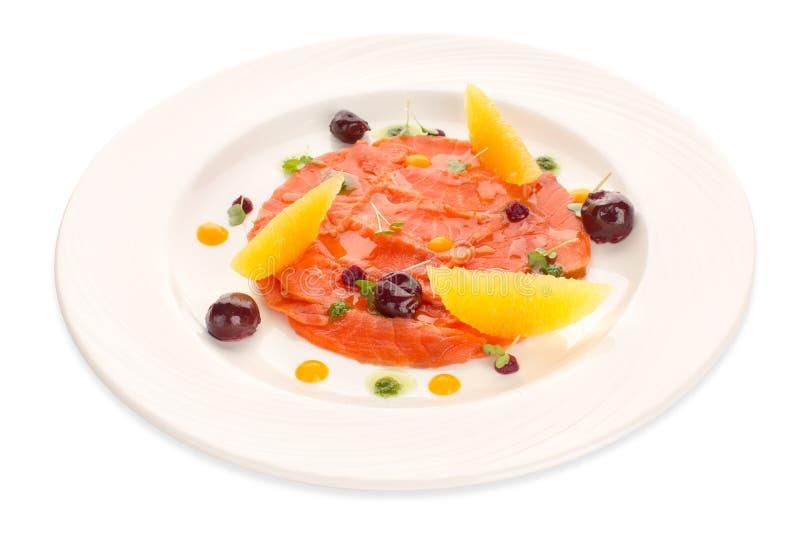 Cząsteczkowa nowożytna kuchni czerwieni ryba w naczynie garnirunku obrazy stock