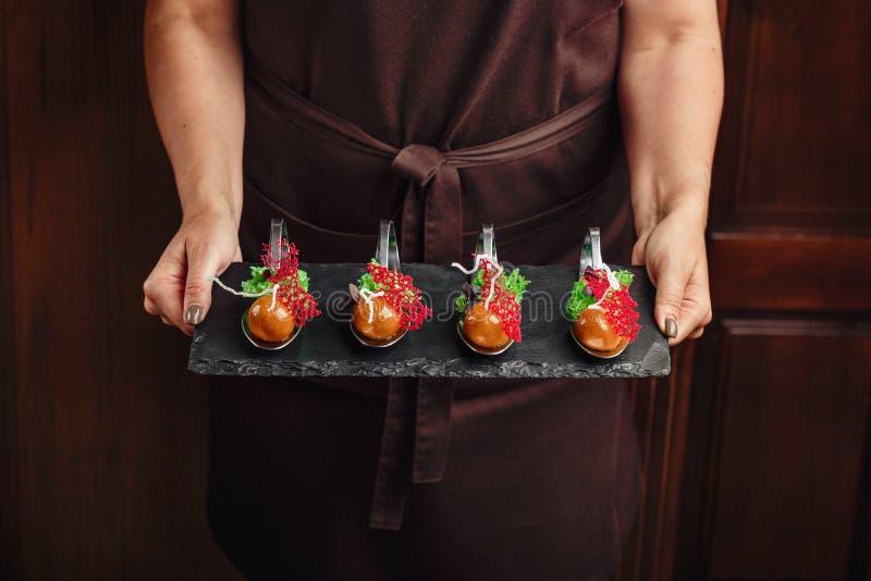 Cząsteczkowa nowożytna kuchni galantyny kaczka na kamieni chwytach w rękach zdjęcia royalty free