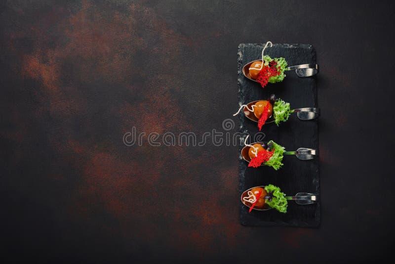 Cząsteczkowa nowożytna kuchni galantyny kaczka w łyżkach na kamieniu i r zdjęcia stock