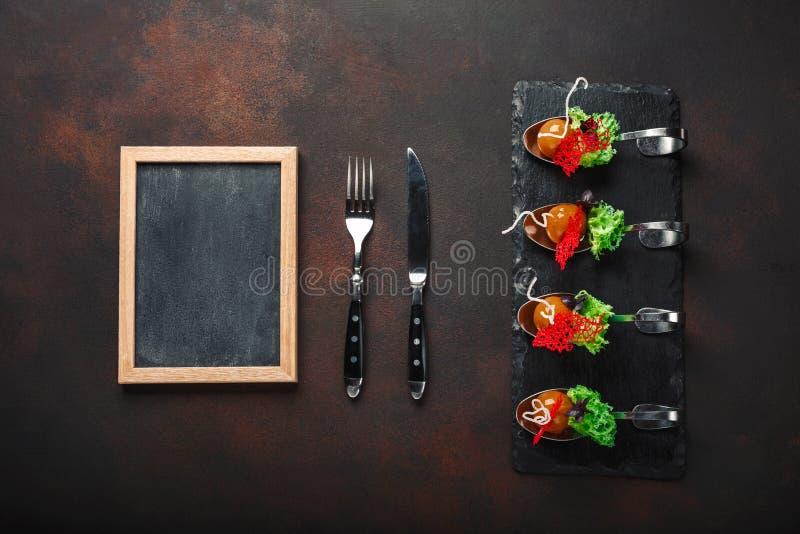 Cząsteczkowa nowożytna kuchni galantyny kaczka w łyżkach na kamieniu i r fotografia royalty free