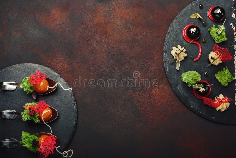 Cząsteczkowa nowożytna kuchni galantyny kaczka w łyżkach na kamieniu i r obrazy royalty free