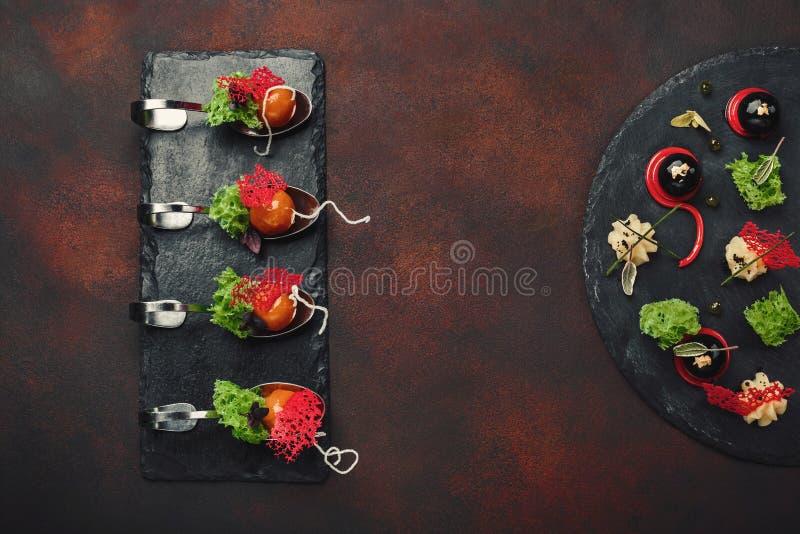 Cząsteczkowa nowożytna kuchni galantyny kaczka w łyżkach na kamieniu i r fotografia stock