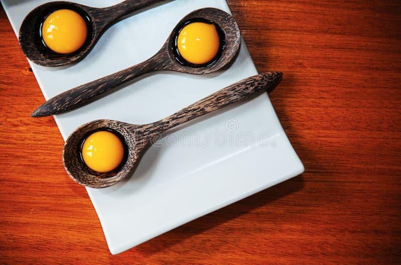 Cząsteczkowej gastronomy twórczości nowożytna kuchnia, Galaretowy deser w drewnianych łyżkach na bielu talerzu zdjęcie stock