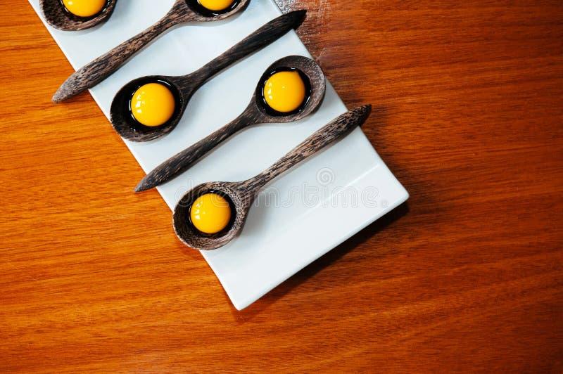 Cząsteczkowej gastronomy twórczości nowożytna kuchnia, Galaretowy deser w drewnianych łyżkach na bielu talerzu obraz stock