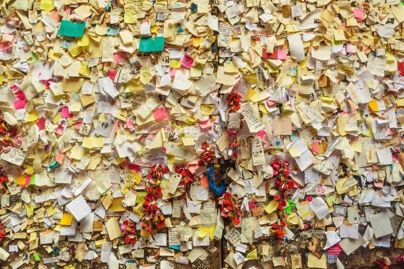 Część ścienne pełne zakrywać papierowe notatki z miłość wiadomościami w Juliet domu Di Giulietta lub Casa verona W?ochy obraz stock
