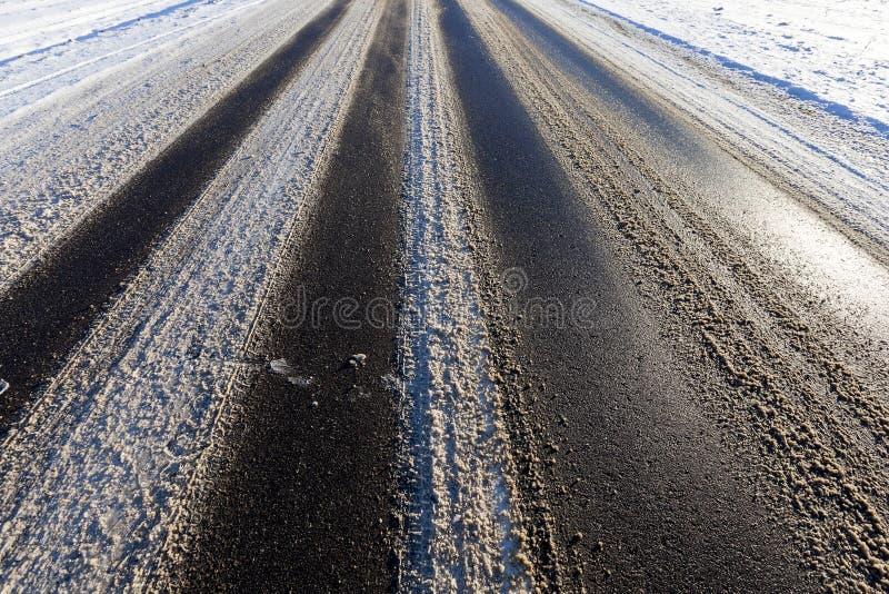 Część śnieżysty asfaltowej drogi zakończenie up zdjęcia stock