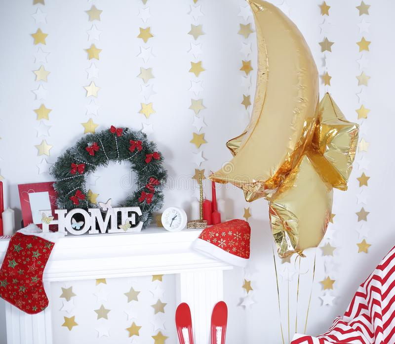 Część żywy pokój dekorował dla bożych narodzeń zdjęcie stock