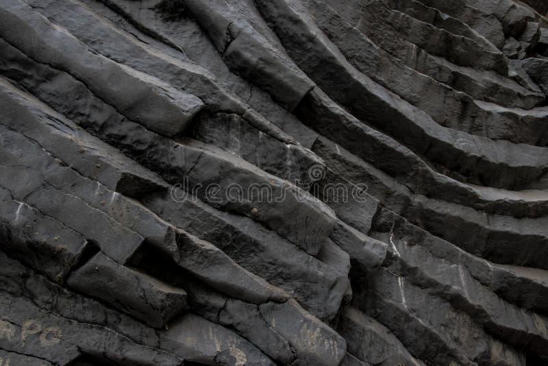 Część ciemny siwieje skałę w Włochy kolory i tekstury fotografia stock