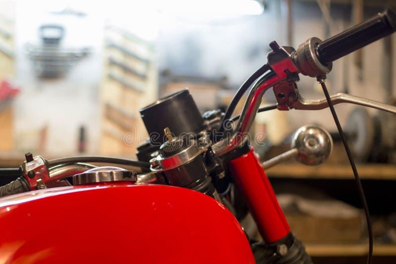 Część czerwony rocznika motocykl parkujący w garażu, zakończenie fotografia royalty free