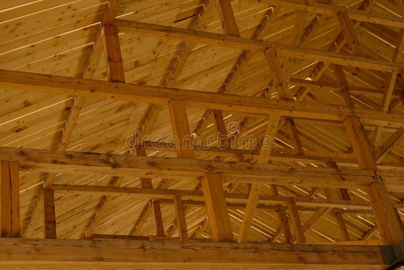 Część drewniana architektura budynku wnętrze Kasetonujący sufit z drewnianych promieni wykładać obraz stock