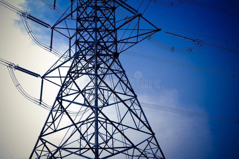 Część elektryczność przekazu pilonu woltażu słupa wysoka wielokrotność z niebieskie niebo technologii abstrakcjonistycznym tłem obraz stock