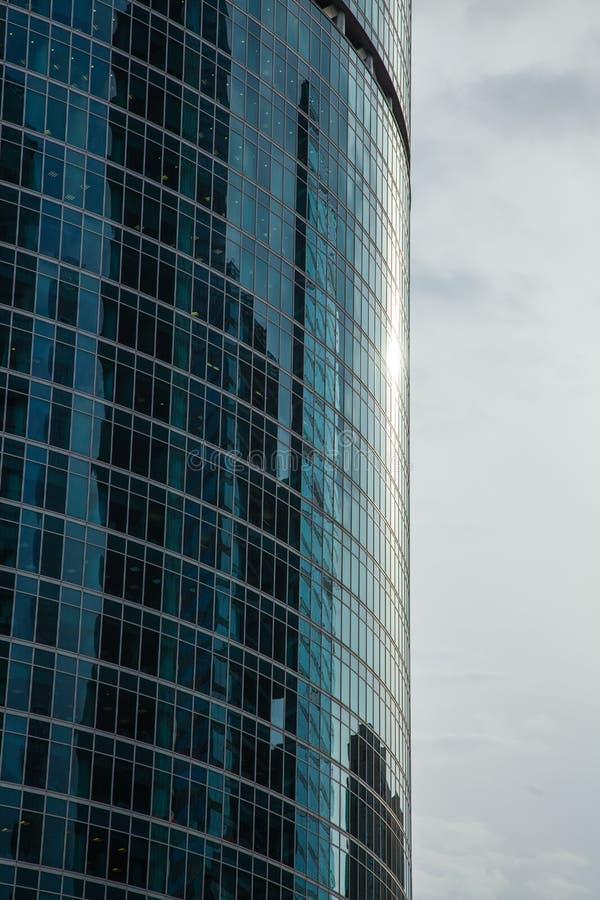 Część elewacji szklanego drapacza chmur na niebieskim niebie z odbiciem Å›wiatÅ'a sÅ'onecznego zdjęcia royalty free