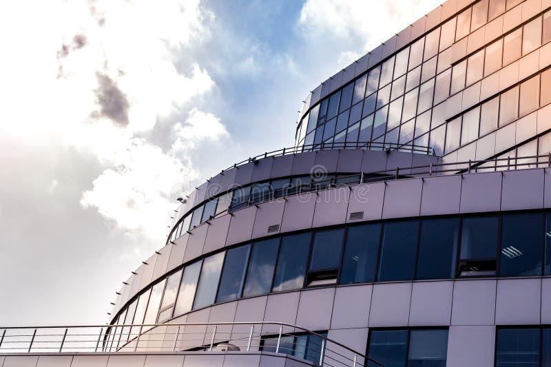 Część fasada budynek kończył z nowożytnymi materiałami chmury i słońce jako bac ten odbijać w okno zdjęcie stock