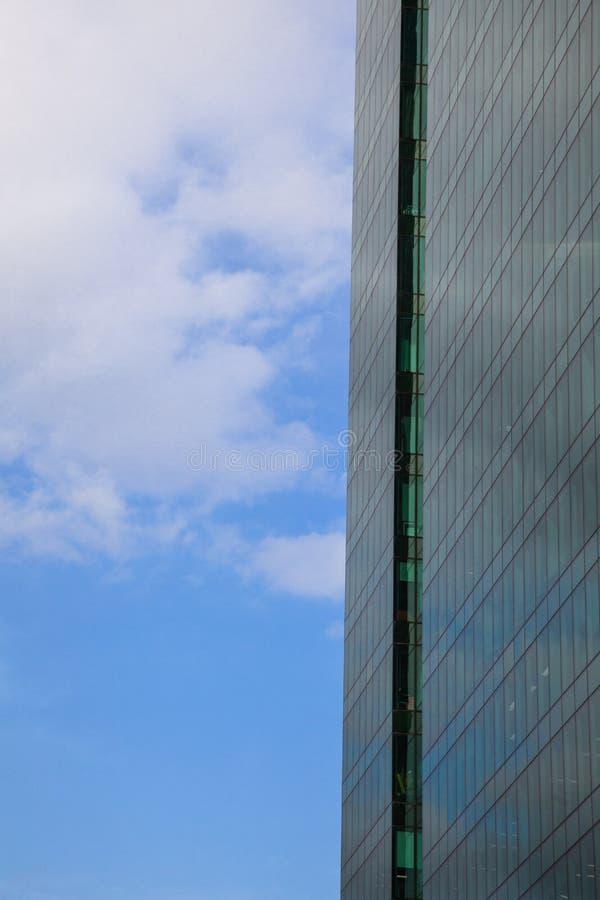 Część fasada szklany drapacz chmur przeciw niebieskiemu niebu obraz royalty free