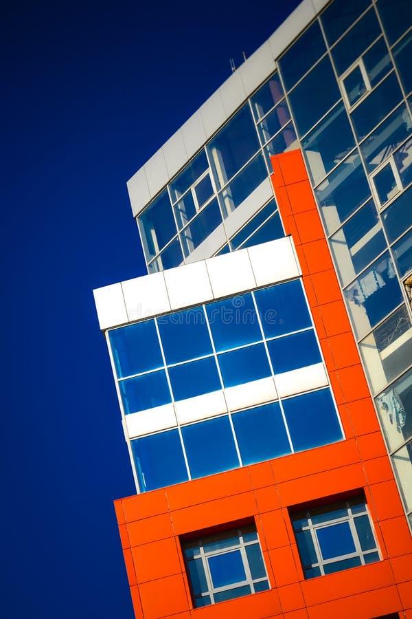 Część fasadowy nowożytny budynek z czerwonym i błękitnym zdjęcia stock