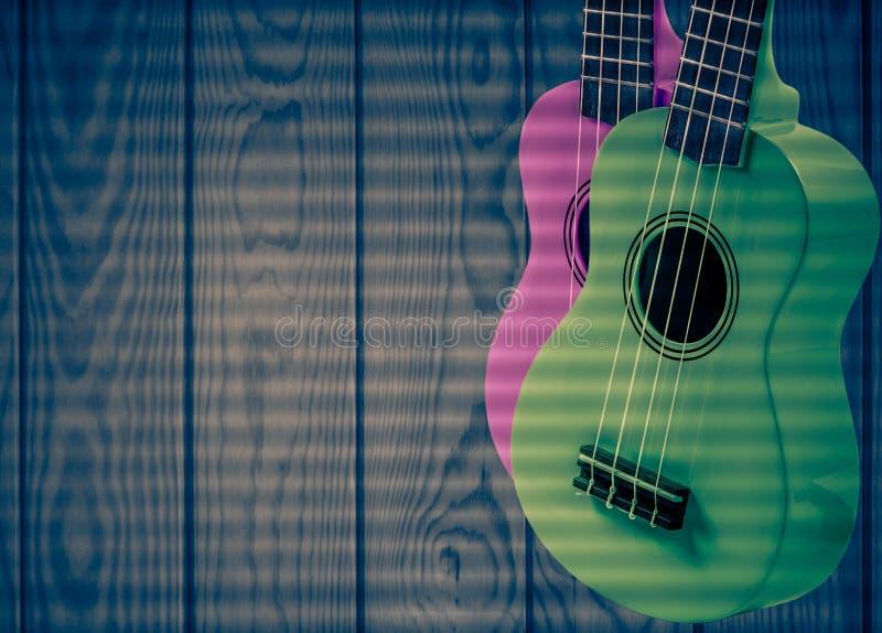 Część gitara akustyczna na szarym drewnianym tle ilustracji