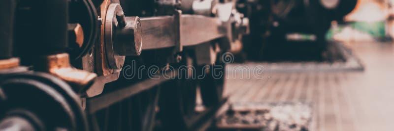Część koła stara lokomotywa na poręczach obraz stock