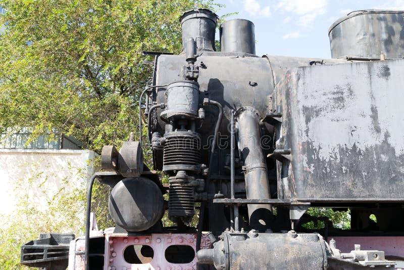 Część kolej porzucał parowej lokomotywy zajezdni ośniedziałych starych szczątki obrazy royalty free