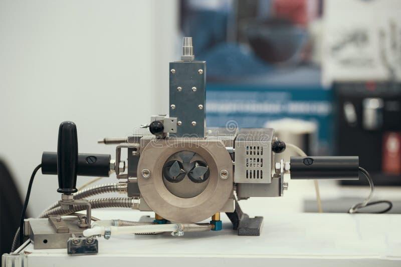 Część maszyna dla klingerytu ciąć na arkusze - chemia przemysłu obraz royalty free