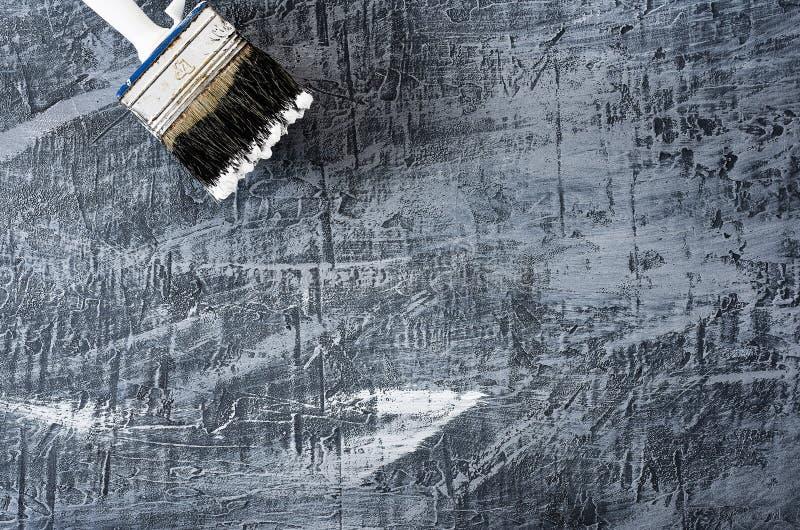 Część muśnięcie w czarny i biały farbie na tle beton malował szarego tło przy odgórny lewym zdjęcie stock