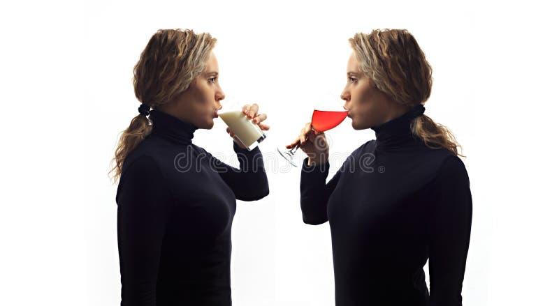 Część serie Jaźni rozmowy pojęcie Portret opowiada ona w lustrze młoda kobieta, pijący mleko lub wino w szkle fotografia royalty free