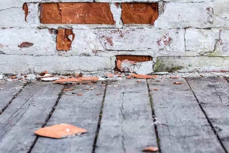 część stary ściana z cegieł drewniana podłoga i Tekstura stary biały i czerwony ściana z cegieł obraz royalty free