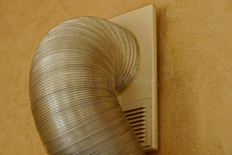 Część szary metal drymby kapiszon w brown ścianie w pokoju fotografia stock