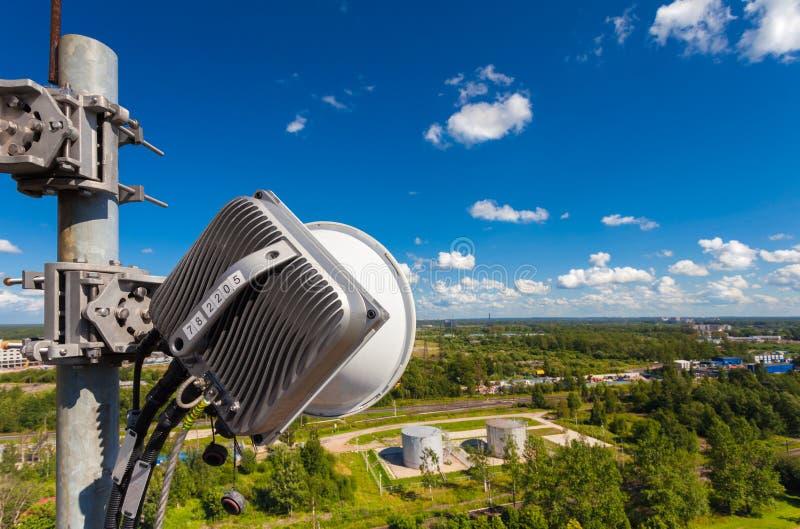 Część telekomunikaci wierza z plenerową jednostką bezprzewodowy teletechniczny system zawiera mikrofali antenę fotografia royalty free
