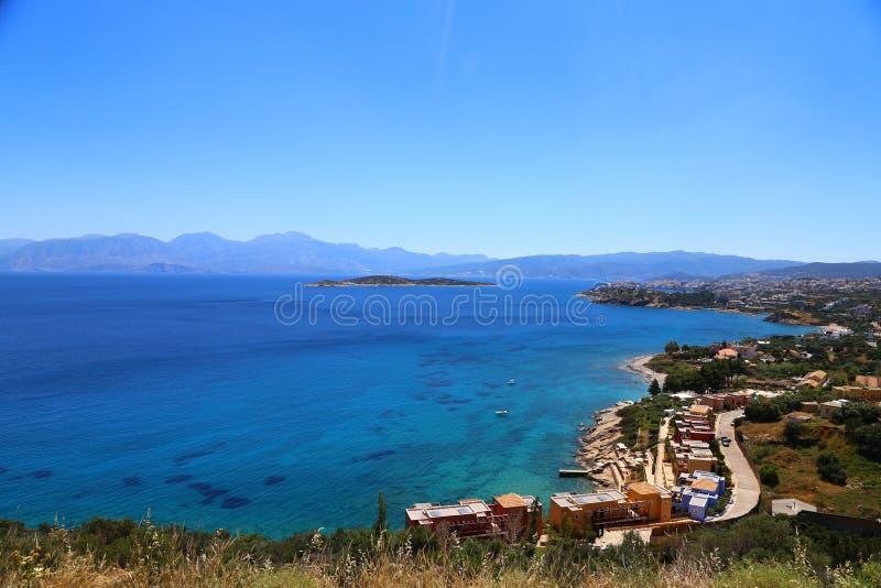 Część wschodni cretan wybrzeże Grecja blisko Elounda, panorama część miasto i ocean w Crete zdjęcia royalty free