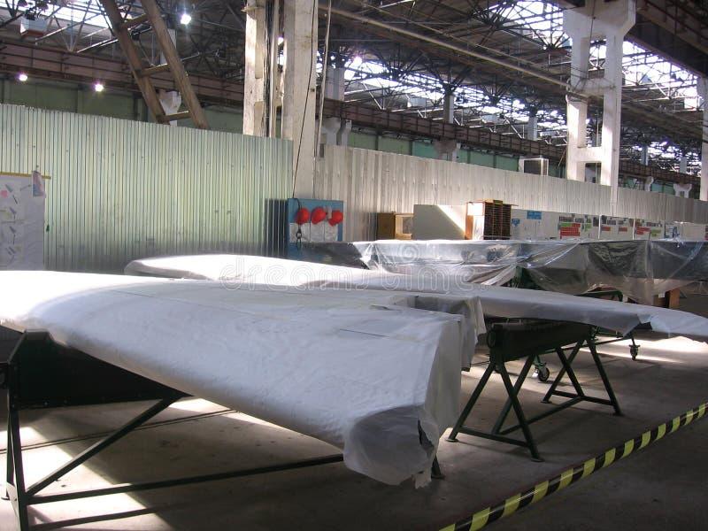 Części w pakować skrzydła samolot dla lotnictwa przedsięwzięcia przy rośliną zrobią zdjęcia royalty free