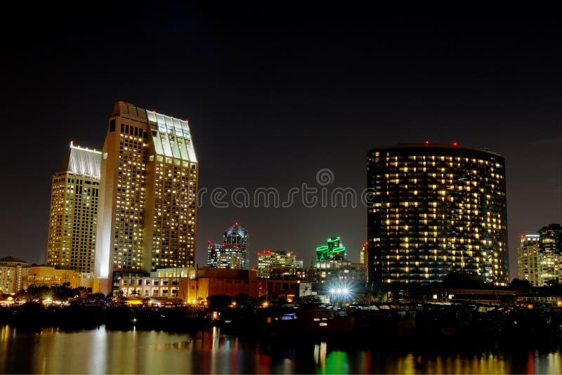 Częściowa San Diego linia horyzontu nad wodą przy nocą fotografia stock