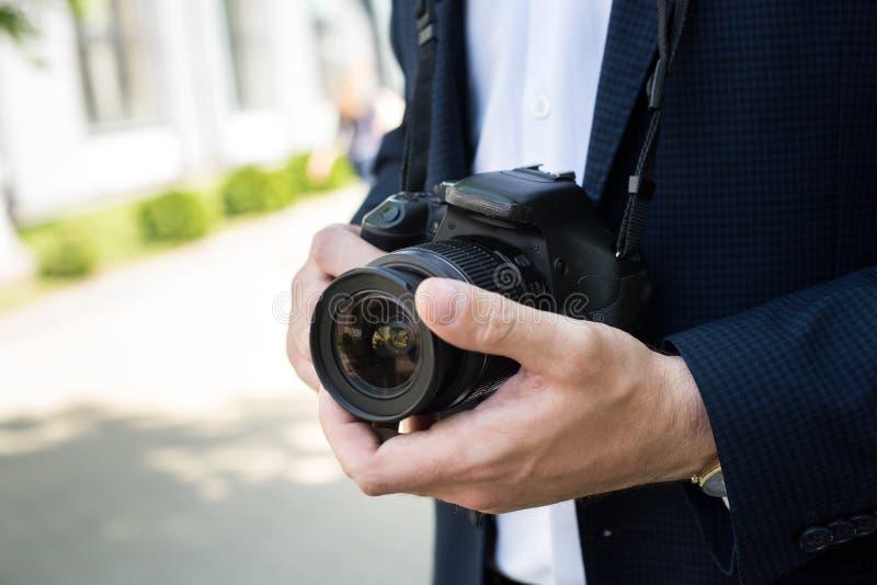 częściowy widok fotoreporter w formalnej odzieży mieniu zdjęcia stock