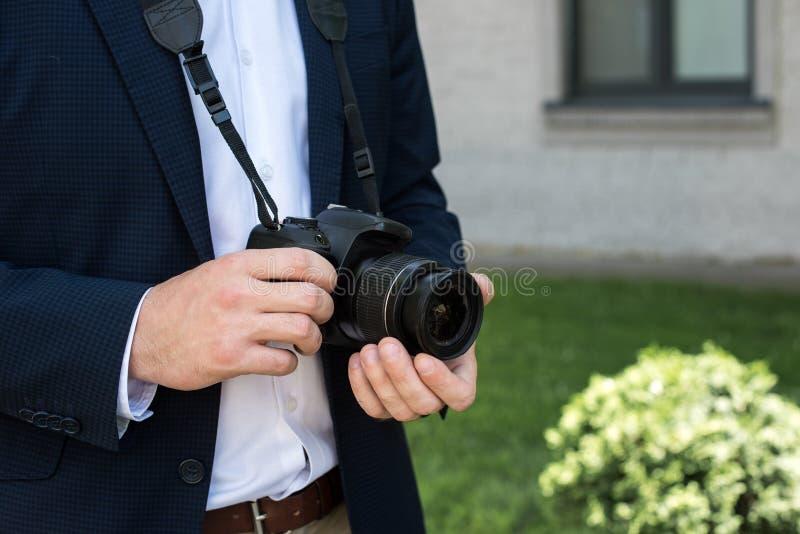 częściowy widok fotoreporter w kostiumu z cyfrowym obraz stock