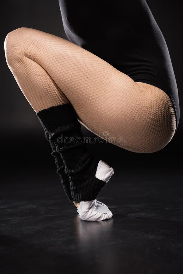 Częściowy widok młoda kobieta tancerz w sportswear szkoleniu fotografia royalty free