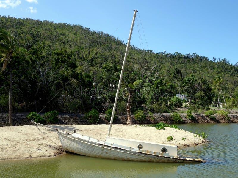 Częsciowo zapadnięty stary jacht w rzecznym ujściu obrazy royalty free