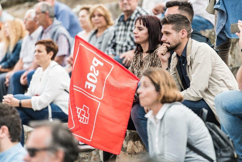 Członek przyjęcie z flagą uczęszcza spotkania Josep Borrell trzymał w Caceres obrazy stock