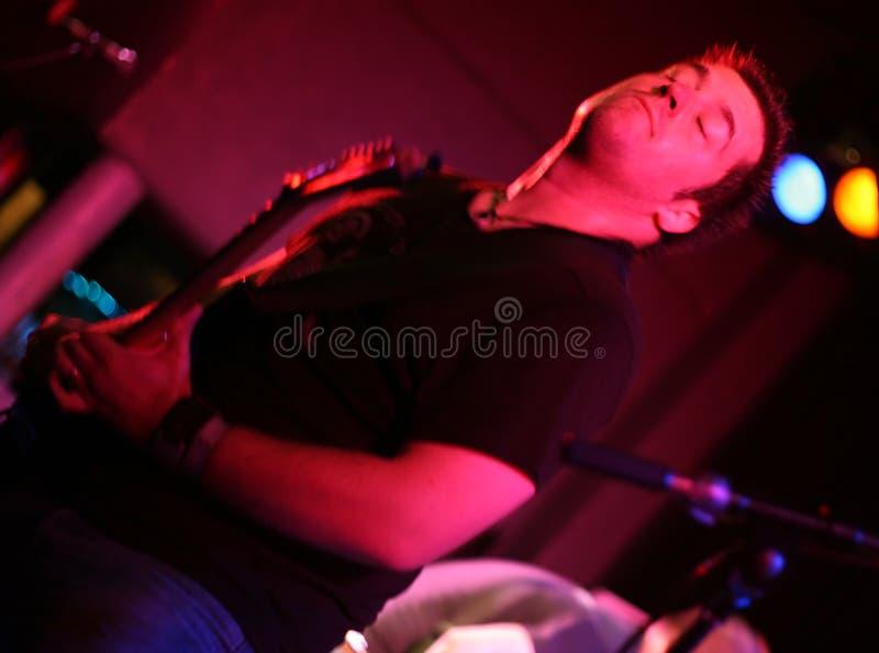 członek zespołu gitary grać skałę zdjęcie stock