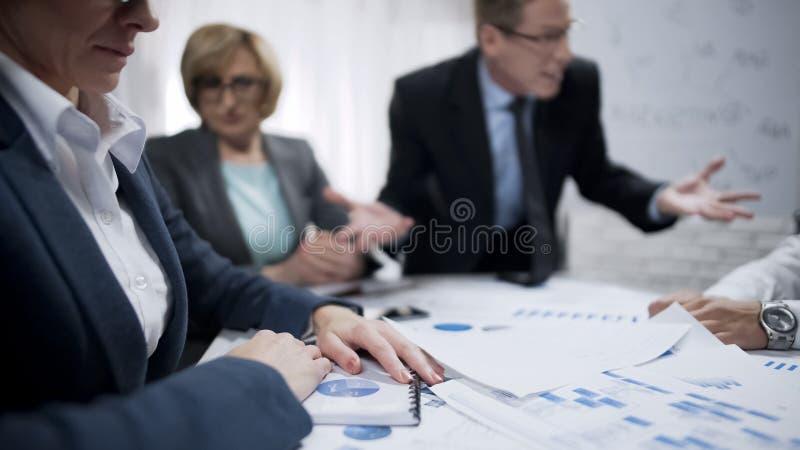 Członel personelu przestraszeni ich wrzeszczy szef, ostateczny termin, załamanie nerwowe fotografia royalty free