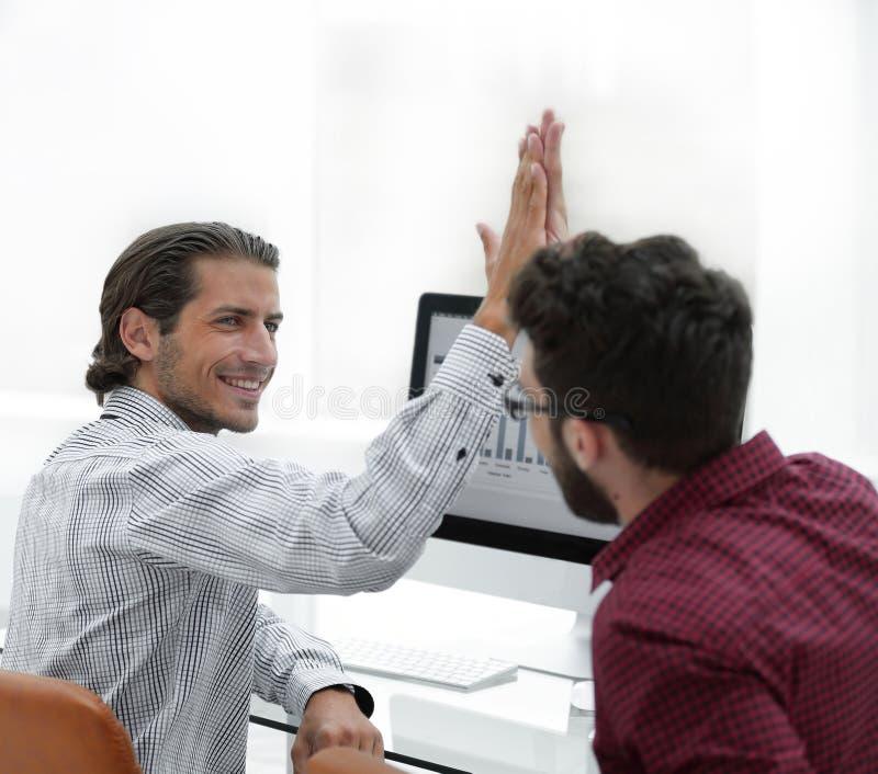 Członkowie biznes drużyna daje each inny wysocy pięć zdjęcie stock