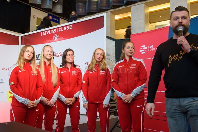 Członkowie Drużynowy Latvia dla FedCup, podczas spotkania z fan przed świat grupy II Round Pierwszy grami obrazy stock