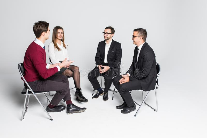 Członkowie grupy pomocy obsiadanie W krzesłach Ma spotkania odizolowywającego na białym tle fotografia royalty free