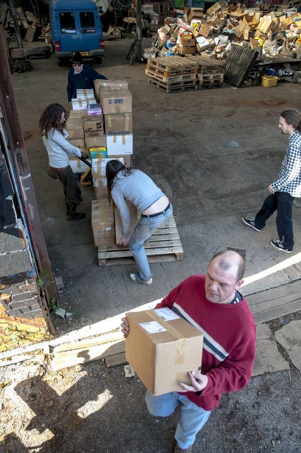 Członkowie i wolontariuszi od BookCycle UK ładunku zbiornik zdjęcie stock