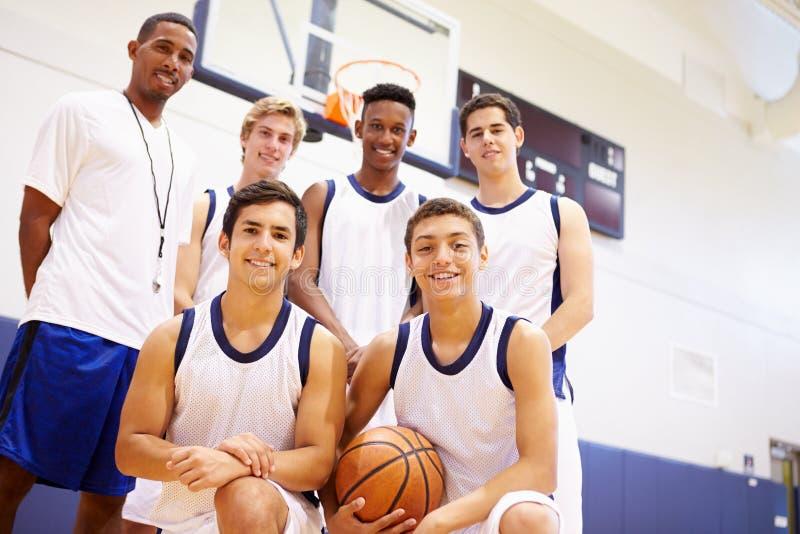 Członkowie Męska szkoły średniej drużyna koszykarska Z trenerem obraz stock