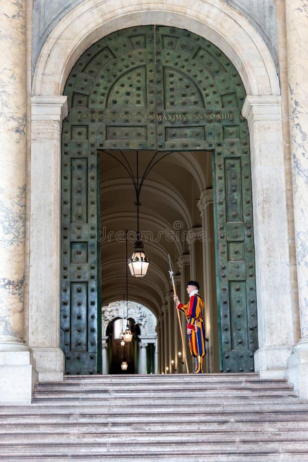 Członkowie Pontyfikalny Szwajcarski strażnik w Świątobliwej Peters bazylice - Watykan zdjęcie royalty free