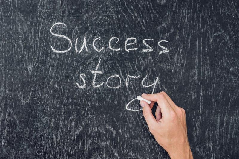 Człowiecy sukcesu pisać na blackboard używać kredę fotografia royalty free