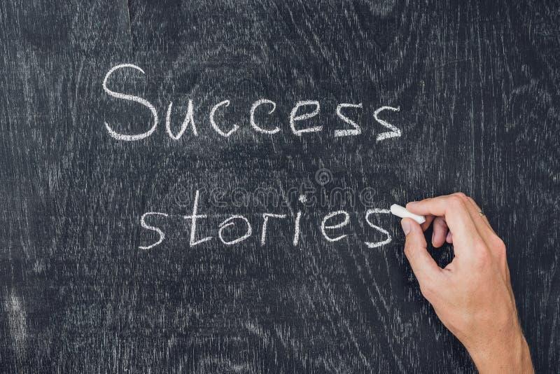 Człowiecy sukcesu pisać na blackboard używać kredę zdjęcia royalty free