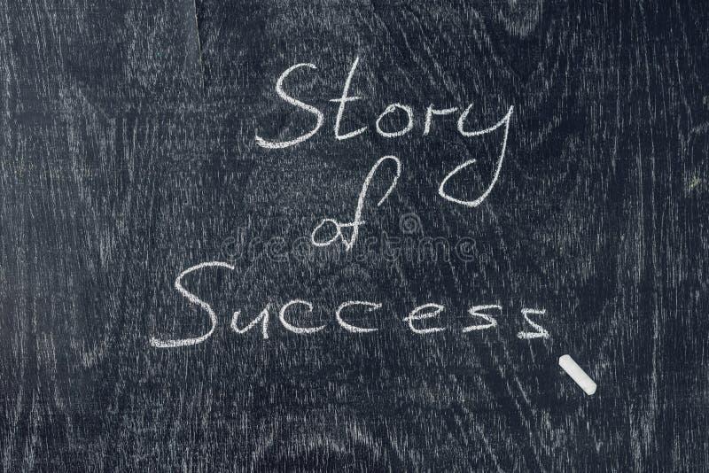 Człowiecy sukcesu pisać na blackboard używać kredę fotografia stock