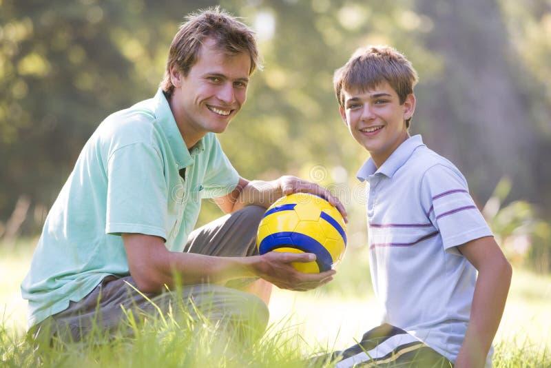 człowiek balowej chłopcy piłkarza uśmiechnięci young zdjęcie royalty free