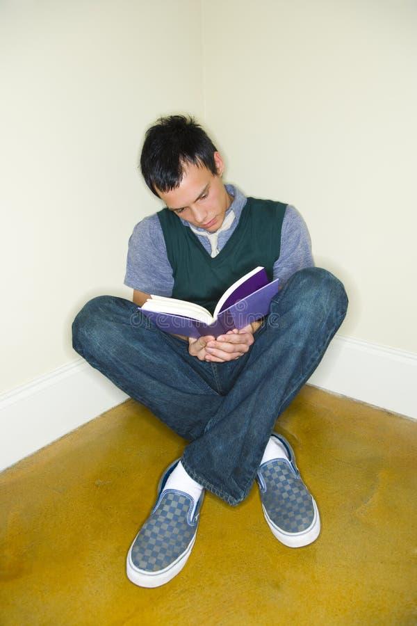 człowiek do czytania książki young zdjęcie royalty free
