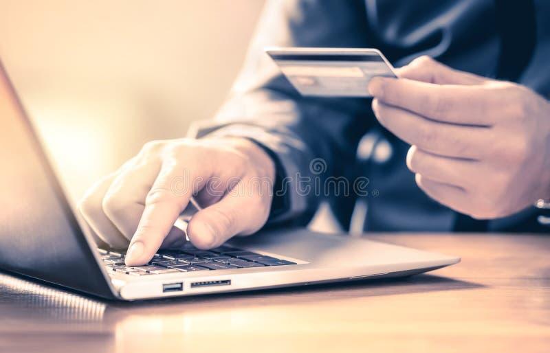 Człowiek dokonujący płatności online kartą kredytową i laptopem Usługa handlu elektronicznego Szczęśliwe zakupy klientów i płacen zdjęcia royalty free